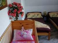 pokoj č.1, 2 x postel + postýlka.