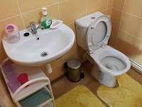 WC s umyvadlem v prvním patře