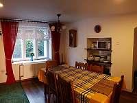 Kuchyně s jídelním stolem - chalupa k pronájmu Leskovec nad Moravicí