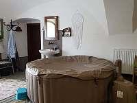 Společenská místnost s vířivkou - chalupa ubytování Leskovec nad Moravicí