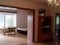 obývací místnost - ložnice a vstup na terasu