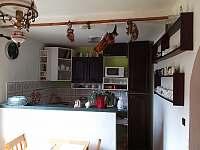 kuchyně (pohled z jídelny)