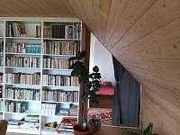 pohled z obývacího pokoje do přístěnku
