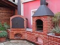 grill s udírnou