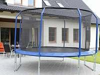 v létě k dispozici trampolína