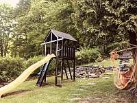 Domeček se skluzavkou pro děti, závěsné křeslo - pronájem chaty Ludvíkov pod Pradědem