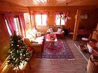 Obývací pokoj s balkónem a krbem - chata k pronájmu Ludvíkov pod Pradědem