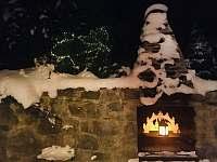 Venkovní krb v zimě, v létě slouží ke grilování - chata k pronájmu Ludvíkov pod Pradědem
