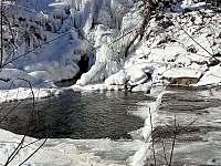 Zamrzající řeka Desná - chalupa k pronajmutí Loučná nad Desnou
