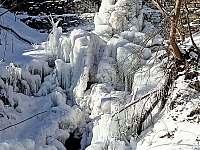 Zamrzlý vodopád na řece Desná - chalupa ubytování Loučná nad Desnou