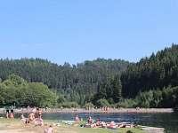 pláž s přehradou
