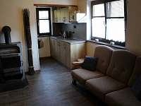 pohled na kuchyň z jídelny