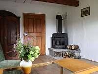 Obývací pokoj s krbovými kamny - chalupa k pronajmutí Vrbno pod Pradědem - Železná