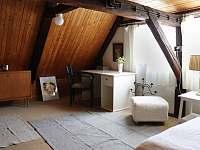 Pracovní stůl v horním patře - chalupa k pronájmu Vrbno pod Pradědem - Železná