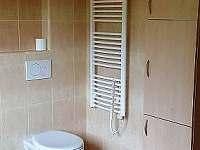Toaleta a úložné prostory v koupelně