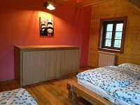 červená ložnice v 1.patře, přistýlka - roubenka k pronajmutí Ostružná