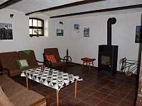 Společenská místnost s krbem - chalupa ubytování Janov