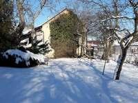 zahrada v zimě - chalupa k pronájmu Janov