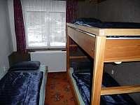 Celkový pohled na pokoj s lůžky - chalupa ubytování Nové Losiny