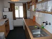 pohled na kuchyni - lednice s mrazákem - chalupa ubytování Nové Losiny
