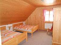 jeden z pokojů v patře - chalupa k pronájmu Suchá Rudná