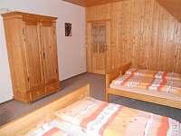 jeden z pokojů v patře - pronájem chalupy Suchá Rudná