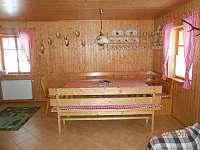 jídelní kout v obývacím pokoji - chalupa k pronajmutí Suchá Rudná