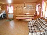 jídelní kout v obývacím pokoji - chalupa k pronájmu Suchá Rudná