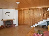 schody do patra z obývacího pokoje - chalupa ubytování Suchá Rudná