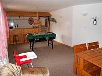 společenská místnost s posezením, pohovkou, barem a stolním fotbálkem