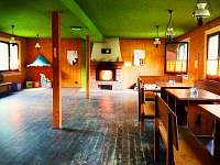 hlavní společenská místnost s krbem - pronájem chaty Staré Město pod Sněžníkem - Chrastice