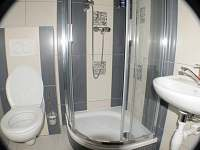 koupelna ve dvoulůžkových pokojích - pronájem chalupy Nové Vilémovice