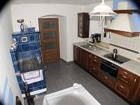 kuchyň s kachlovými kamny - chalupa k pronájmu Nové Vilémovice