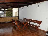 posezení v zastřešené terase - chalupa k pronájmu Nové Vilémovice