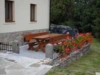 venkovní posezení před domem - chalupa k pronájmu Nové Vilémovice