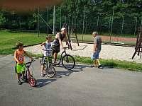 Na koloběžkách z půjčovny penzionu Kučera děti rády závodí - Dolní Moravice