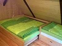 Ložnice zelená - možnost manželské postele (2x) z jednolůžka - Josefův Důl