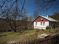 Chalupa Josefův Důl - jarní zahrada a pohled na objekt