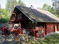 Finský HONKA srub a jeho přední - jižní strana s prostornou terasou - ubytování Zlatá Olešnice