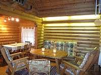 Hlavní obývací pokoj v přízemí - srub k pronájmu Zlatá Olešnice