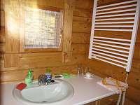 Koupelna se sušákem na ručníky a s umyvadlem - srub k pronajmutí Zlatá Olešnice