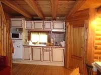Kuchyňská linka v přízemí - pronájem srubu Zlatá Olešnice