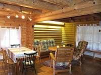 Obývací pokoj v přízemí s jídelním stolem - srub k pronájmu Zlatá Olešnice