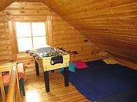 Otevřená ložnice v 1. patře - srub k pronajmutí Zlatá Olešnice