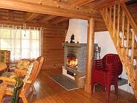 Otevřený KRB v obývacím pokoji v přízemí - srub ubytování Zlatá Olešnice