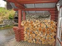 Pohled na venkovní GRIL z kryté terasy v přízemí - srub ubytování Zlatá Olešnice