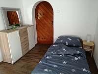 Ložnice - průchozí, 2x jednolůžko - apartmán k pronajmutí Lučany nad Nisou