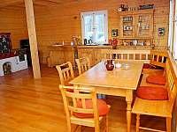 Otevřený prostor světnice s kuchyní, stolem, pohovkou a křesílky - chalupa k pronajmutí Kořenov - Polubný