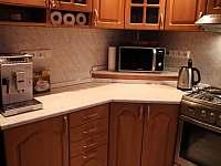 Plně vybavená kuchyně s automatickým kávovarem - chata k pronajmutí Smržovka