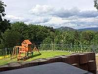 Pohled vířivky je situován na vrcholky Krkonoš - chata ubytování Smržovka